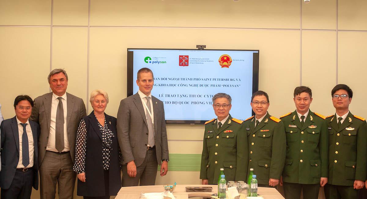Cơ quan Tùy viên Quốc phòng Việt Nam tại Liên bang Nga đã tiếp nhận lô thuốc do Ủy ban Đối ngoại Thành phố St. Petersburg trao tặng. Ảnh: Xuân Hoa