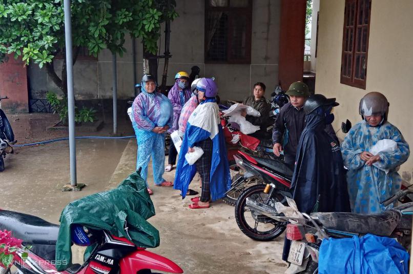 Người dân sơ tán đến UBND Phước Thành trú tránh. Ảnh: Đắc Thành.