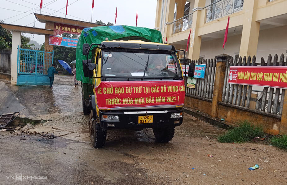 Xe chở gạo đến UBND xã Phước Thành cất trữ. Ảnh: Đắc Thành.
