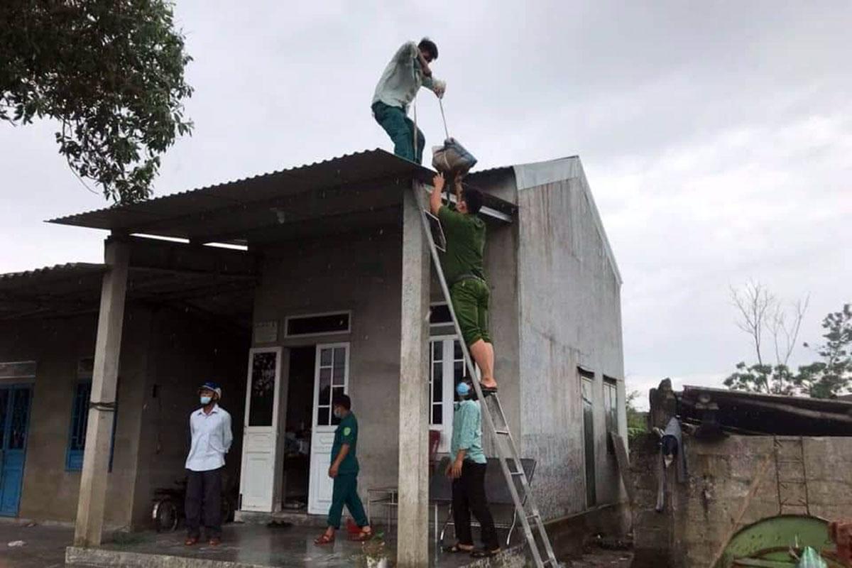 Công an Thừa Thiên - Huế hỗ trợ người dân gia cố lại nhà cửa, ngày 11/9. Ảnh: Võ Thạnh