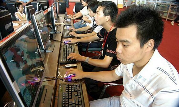 Người dân trong quán Internet ở Trung Quốc. Ảnh: IPC