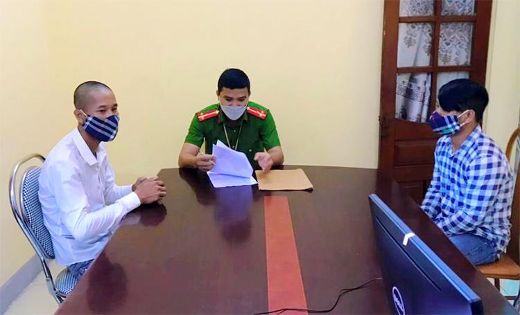 Toàn và Nga (áo trắng và áo sọc) làm việc với nhà chức trách. Ảnh: Huyền Trang
