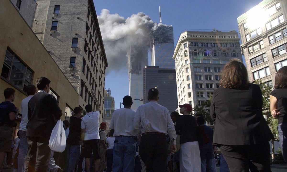 Người dân tại thành phố New York, Mỹ, chứng kiến khói bốc lên từ Trung tâm Thương mại Thế giới vào ngày 11/9/2001. Ảnh: AP.
