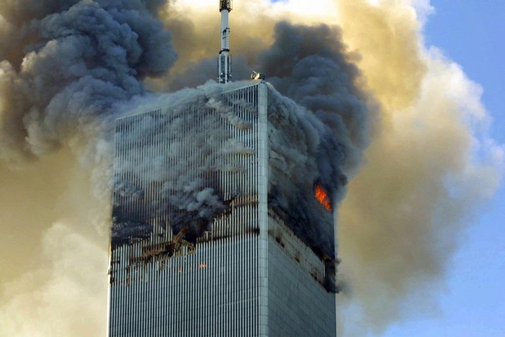 Tháp Bắc của Trung tâm Thương mại Thế giới ở thành phố  New York bốc cháy sau khi không tặc lao chuyến bay số hiệu 11 của American Airlines vào tòa nhà. Ảnh: AP.