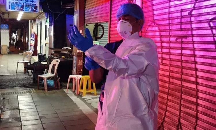 Kamonlak 'Mahmud' Anusornweeracheewin mặc đồ bảo hộ, chuẩn bị tham gia hỗ trợ bệnh nhân Covid-19 cùng các tình nguyện viên khác của Zendai. Ảnh: Zendai.