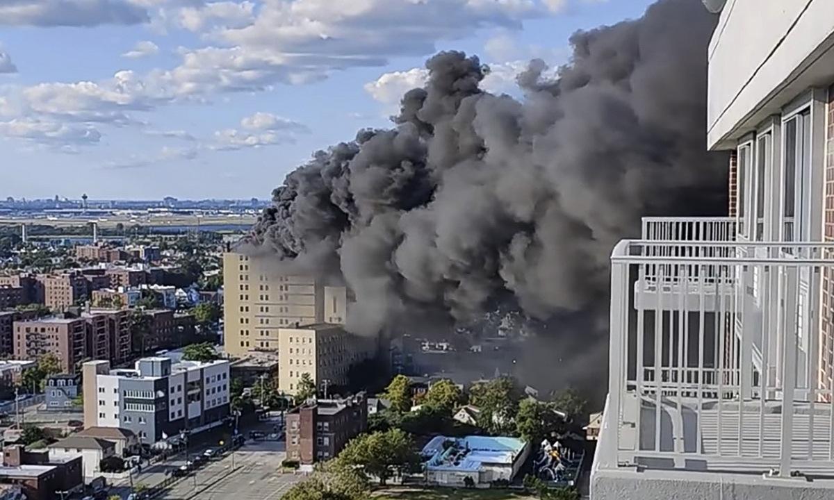 Cột khói bốc lên từ đám cháy bệnh viện St. John ở thành phố New York chiều 10/9. Ảnh: AP.