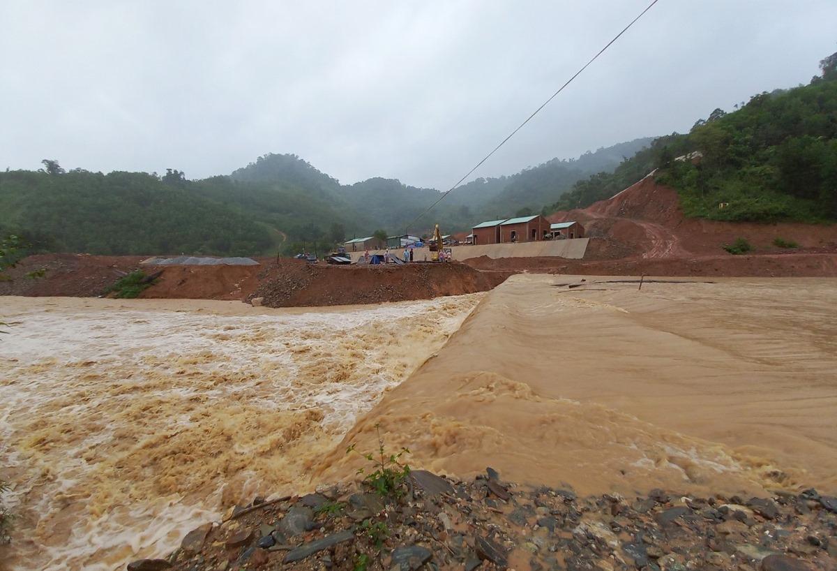 Đường vào thôn Trà Văn A, xã Phước Kim, huyện Phước Sơn (Quảng Nam) bị nước lũ đổ về gây chia cắt chiều 11/9. Ảnh: Đắc Thành