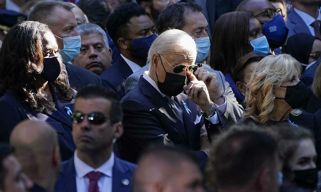 Tổng thống Joe Biden (giữa) dự lễ tưởng niệm các nạn nhân vụ khủng bố tòa tháp đôi Trung tâm Thương mại Thế giới ở New York vào ngày 11/9. Ảnh: AP.