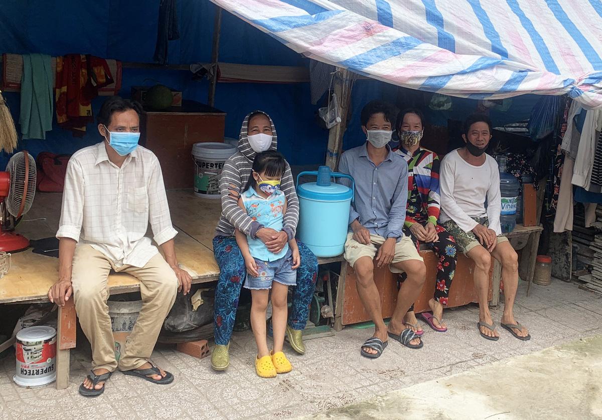 Nhóm thợ hồ ở phường Thạnh Xuân chưa được hỗ trợ do không có nơi ở cố định. Ảnh: An Phương