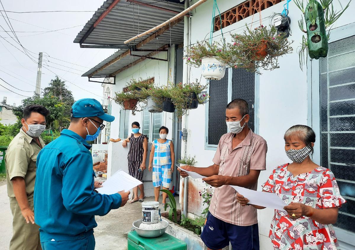 Cán bộ tổ dân phố 30, khu phố 2, phường Thạnh Xuân đến khu nhà trọ cập nhật danh sách người khó khăn, ngày 11/9. Ảnh: Lê Tuyết