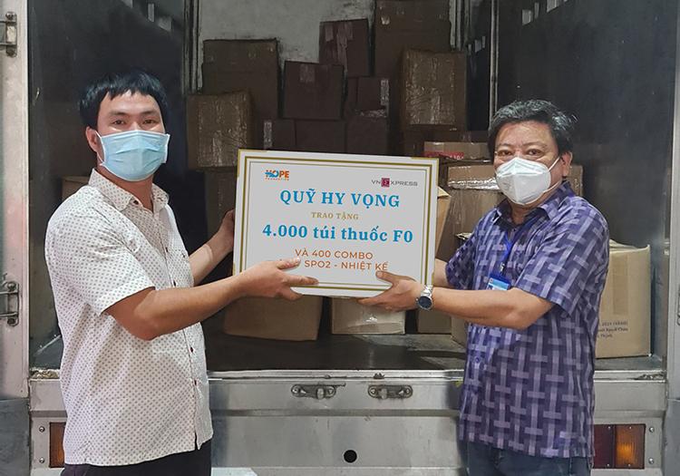 Đại diện Sở Y tế Bình Dương nhận biểu trưng 4.000 túi thuốc và 400 máy SpO2- nhiệt kế - món quà đến từ sự chung tay của quỹ Hy vọng và độc giả VnExpress. Ảnh: S.Q
