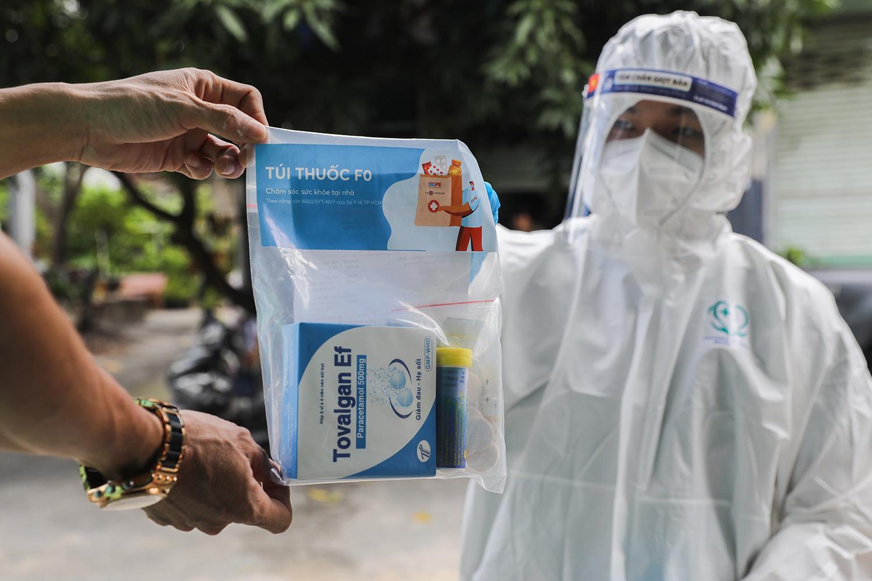 Những túi thuốc F0 được nhân viên tại trạm y tế lưu động gửi đến F0 tại nhà ở TP Thủ Đức. Ảnh: Quỳnh Trần.