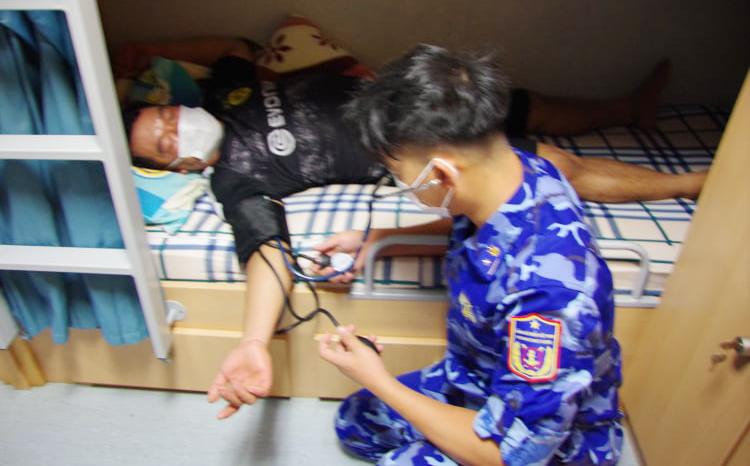 Ngư dân được cảnh biển chăm sóc y tế khi được cứu. Ảnh: Cảnh sát biển cung cấp.