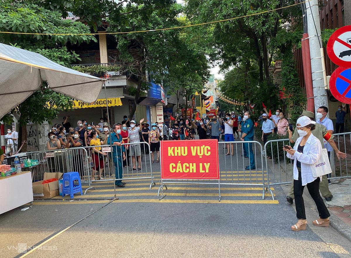Cụm dân cư cạnh bến xe Giáp Bát trước giờ dỡ rào cách ly y tế lúc 17h chiều 11/9. Ảnh: Trần Thanh.