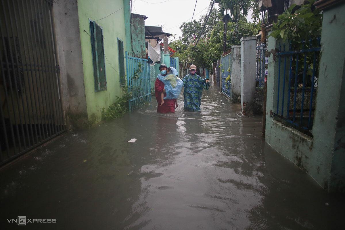 Khu vực Khe Cạn đang bị ngập sâu từ 50 cm đến 1 mét. Ảnh: Nguyễn Đông