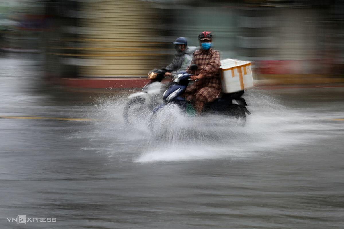 Một đoạn đường Trần Cao Vân (quận Thanh Khê), ngập cục bộ sáng 12/9. Ảnh: Nguyễn Đông