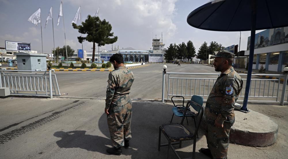 Cảnh sát biên giới quốc gia Afghanistan đứng gác bên ngoài sân bay Kabul hôm 12/9. Ảnh: AFP.