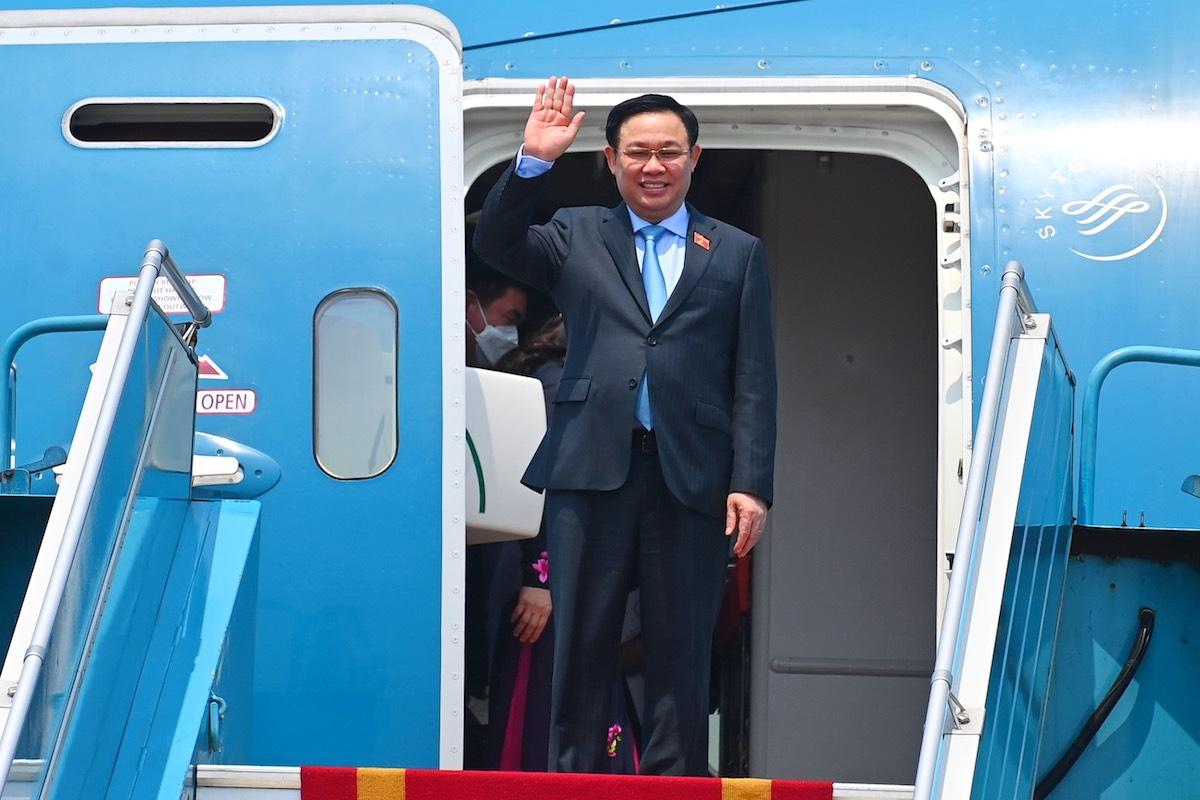 Chủ tịch Quốc hội Vương Đình Huệ về đến Hà Nội sau 5 ngày công du châu Âu, trưa 12/9. Ảnh: Giang Huy