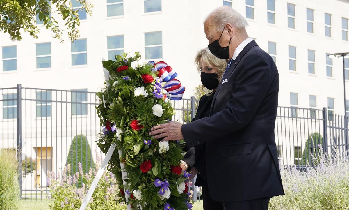 Tổng thống Joe Biden và phu nhân đặt vòng hoa tưởng niệm vụ khủng bố tại Lầu Năm Góc hôm 11/9. Ảnh: AP.