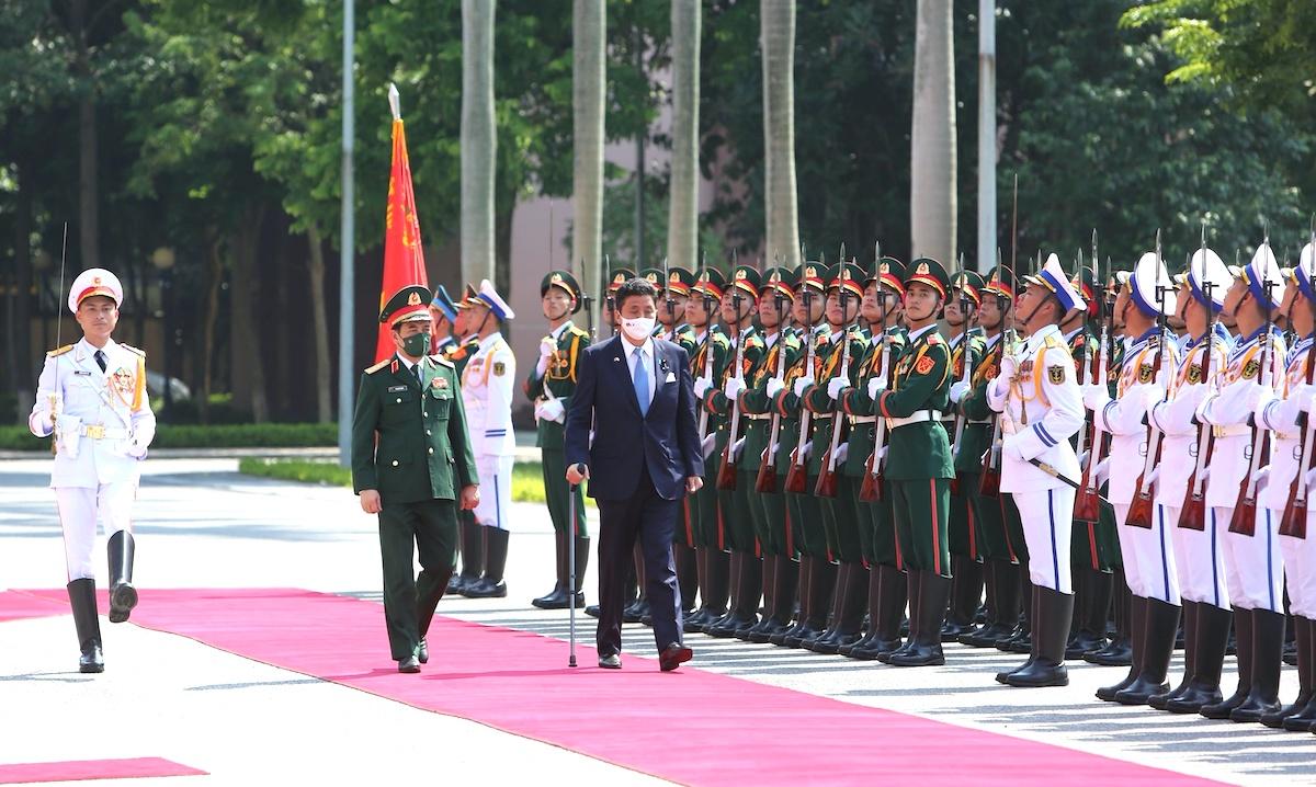 Bộ trưởng Quốc phòng Nhật Bản Kishi Nobuo và Bộ trưởng Quốc phòng Việt Nam Phan Văn Giang cùng duyệt đội danh dự, chiều 11/9. Ảnh: Hiếu Duy