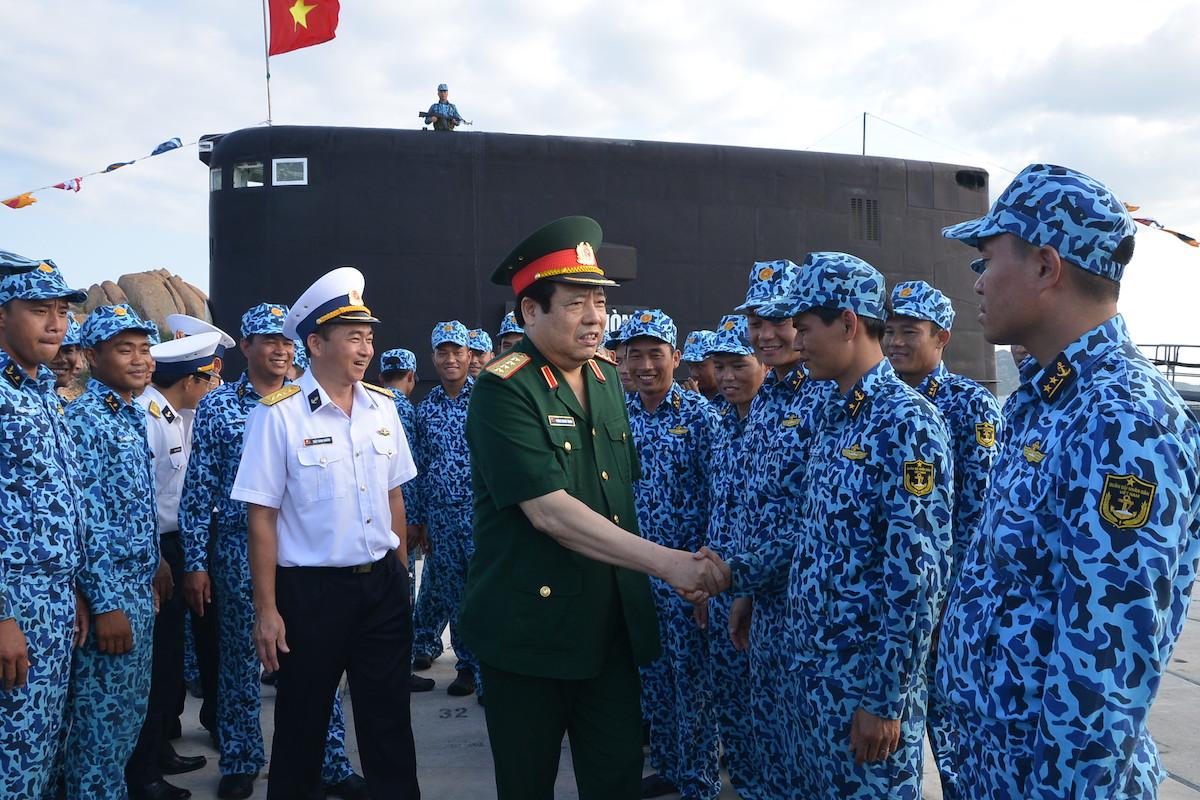Đại tướng Phùng Quang Thanh thăm, động viên cán bộ, thủy thủ Lữ đoàn Tàu ngầm 189, ngày 1/5/2015. Bên phải ông là Lữ đoàn trưởng, Đại tá Trần Thanh Nghiêm, nay là Chuẩn Đô đốc, Tư lệnh Quân chủng Hải quân. Ảnh: Trọng Thiết