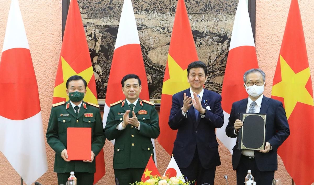 Tại buổi hội đàm, đại diện Bộ Quốc phòng Việt - Nhật ký kết Thỏa thuận chuyển giao thiết bị, công nghệ quốc phòng giữa Việt Nam và Nhật Bản. Ảnh: Hiếu Duy
