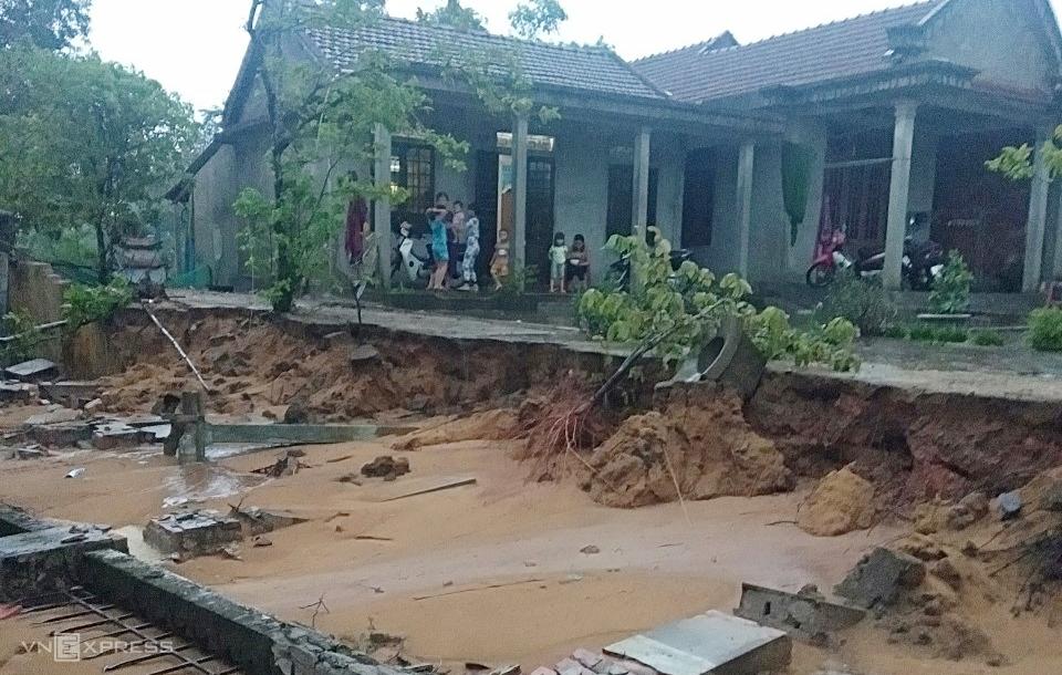 Tường rào nhà dân ở Hải Lăng, Quảng Trị bị đổ do ảnh hưởng của bão Côn Sơn. Ảnh: Quang Hà.