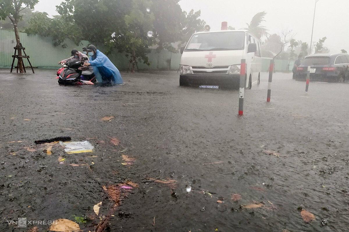 Mưa lớn gây ngập lụt ở Đà Nẵng. Ảnh: Nguyễn Đông