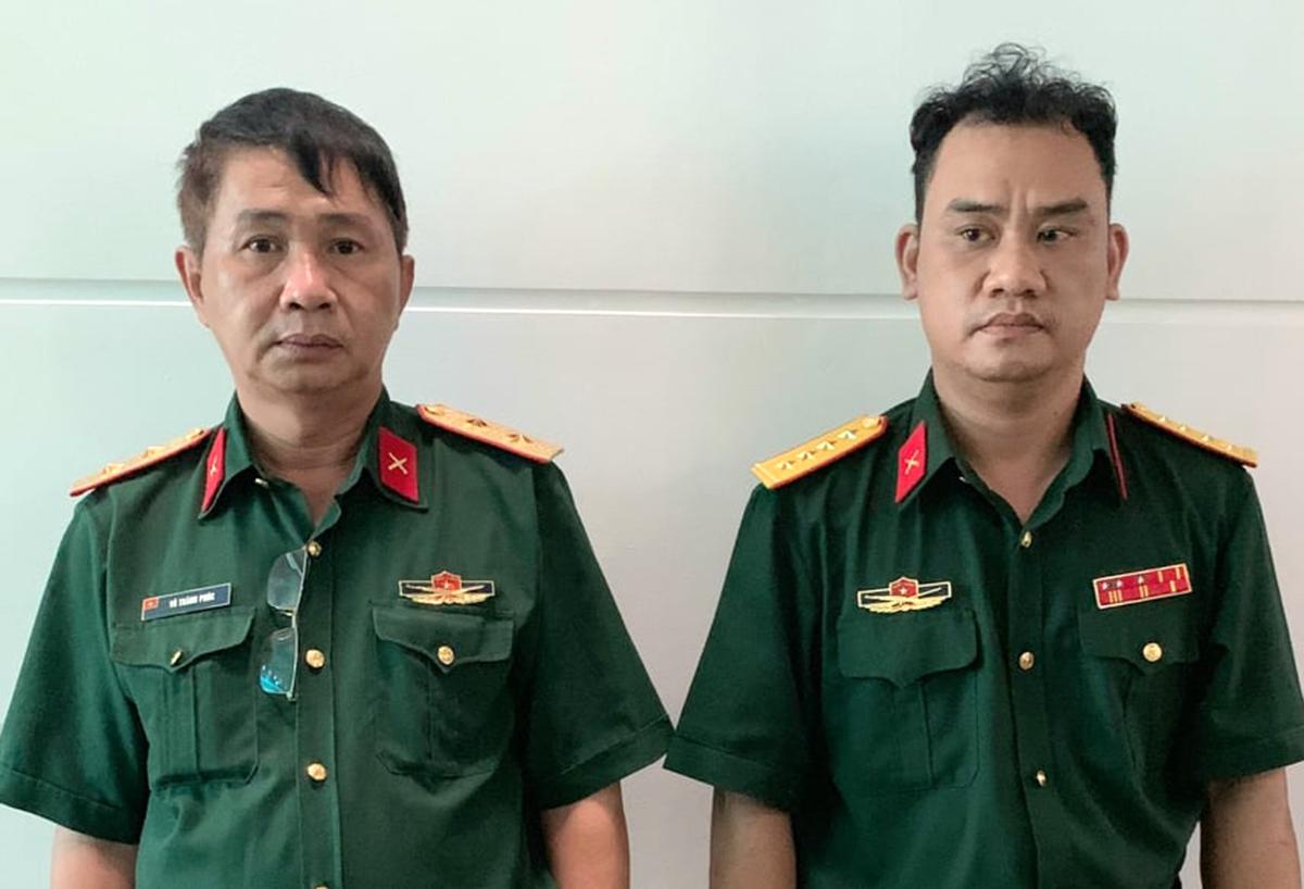 Phúc (trái) và Nhật tại cơ quan điều tra. Ảnh: Nhật Vy