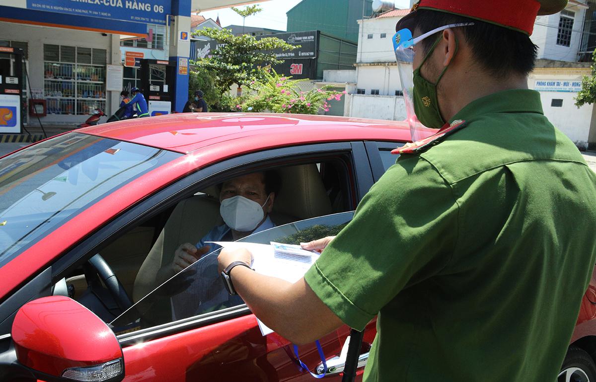 Công an kiểm tra giấy đi đường của người tham gia giao thông trong thời gian thực hiện Chỉ thị 16. Ảnh: Nguyễn Hải