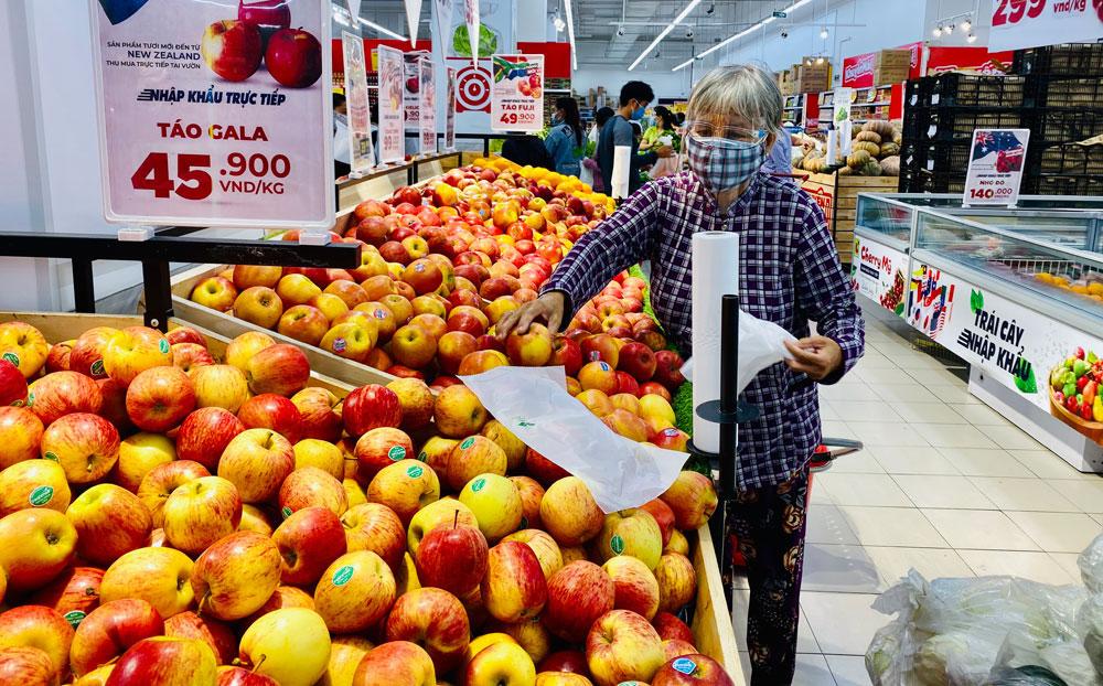 Người tiêu dùng mua sắm hàng hóa tại Siêu thị Big C Bình Dương