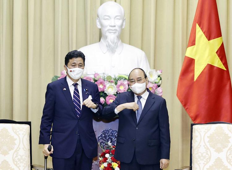 Chủ tịch nước Nguyễn Xuân Phúc tiếp Bộ trưởng Quốc phòng Nhật Bản Kishi Nobuo đang thăm và làm việc tại Việt Nam, ngày 12/9. Ảnh: TTXVN