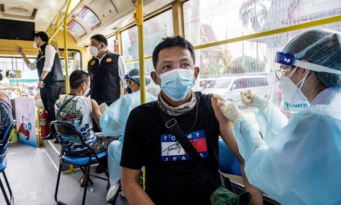Người dân được tiêm vaccine Covid-19 tại điểm tiêm chủng được thiết lập trong một xe buýt tại Bangkok, Thái Lan, hôm 8/9. Ảnh: AFP.