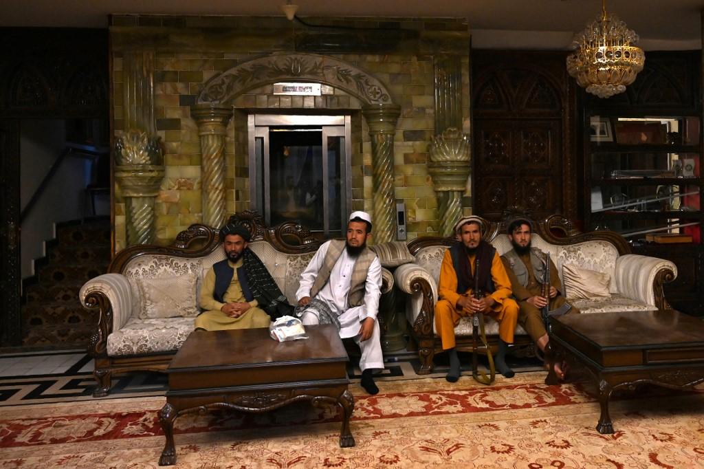 Các tay súng Taliban bên trong dinh thự của cựu phó tổng thống Afghanistan Abdul Rashid Dostum hôm 11/9. Ảnh: AFP.