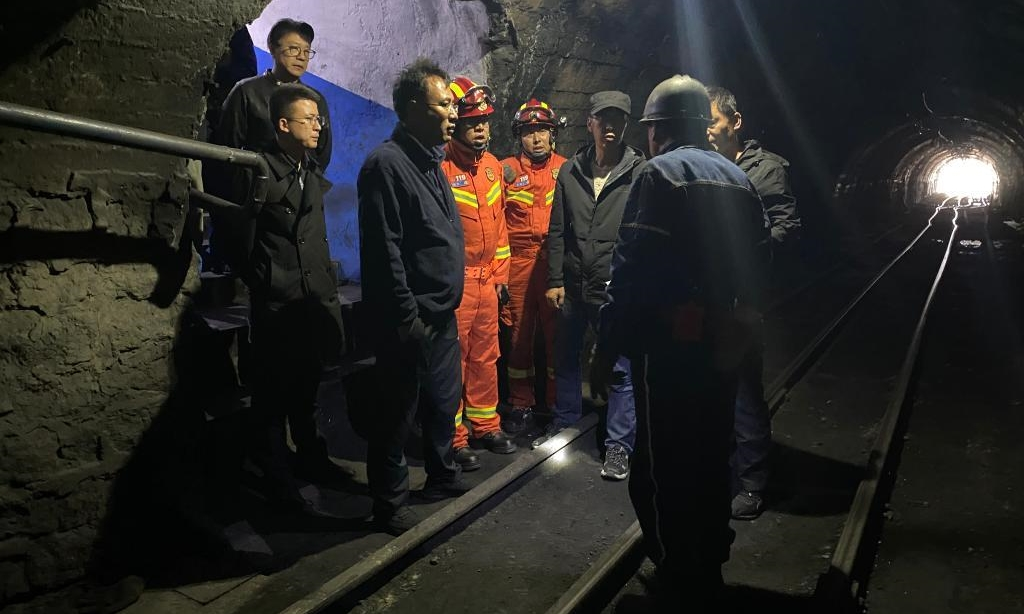 Lực lượng cứu hộ bàn phương án giải cứu tại mỏ than Chaidaer, tỉnh Thanh Hải, hôm 14/8. Ảnh: Xinhua