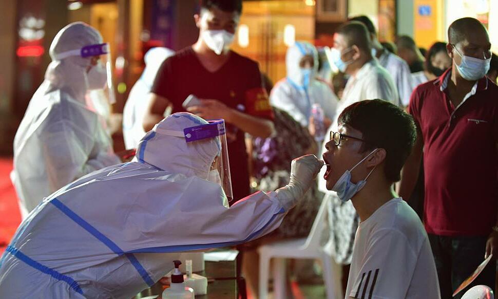 Nhân viên y tế lấy mẫu xét nghiệm Covid-19 cho người dân huyện Tiên Du, thành phố Phủ Điền, tỉnh Phúc Kiến, ngày 12/9. Ảnh: Xinhua