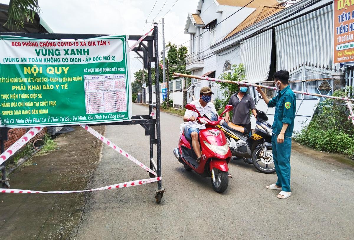 Kiểm soát vùng xanh ở xã Gia Tân 1, huyện Thống Nhất, sáng 13.9. Ảnh: Thái Hà