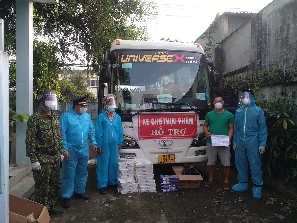 Ôtô luồng xanh chở thực phẩm hỗ trợ bị cảnh sát phát hiện chở thuốc lá lậu, sáng 13/9. Ảnh: Phòng CSGT TP HCM
