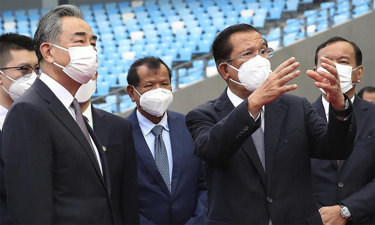 Ngoại trưởng Trung Quốc Vương Nghị (hàng đầu, bên trái) và Thủ tướng Campuchia Hun Sen (hàng đầu, bên phải) thị sát sân vận động Morodok Techo ngày 12/9. Ảnh: AP.