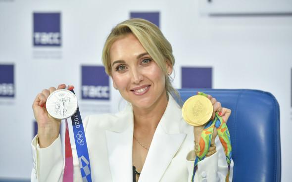 Elena Vesnina và 2 huy chương Olymoic bị đánh cắp. Ảnh: TASS