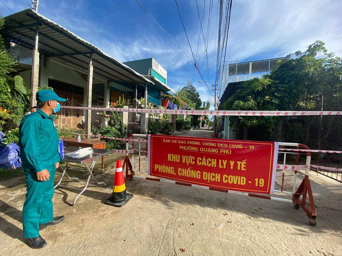 Chốt kiểm soát ở phường Quảng Phú, TP Quảng Ngãi, nơi có nhiều ca nhiễm trong khu công nghiệp. Ảnh: Phạm Linh