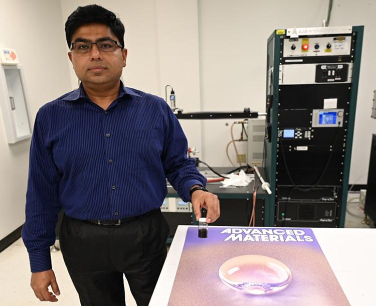 Giáo sư Debashis Chanda, trưởng nhóm nghiên cứu phát triển vật liệu chống nước mới. Ảnh: UCF