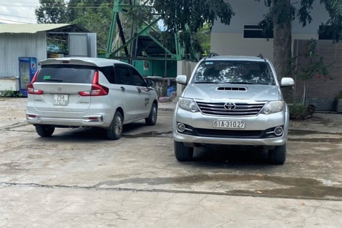 Hai ô tô trong đường dây chở 15 người đã bị bắt giữ ở Hàm Tân. Ảnh: Tư Huynh