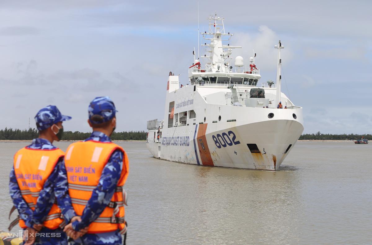Tàu cảnh sát biển chở 18 ngư dân vào bờ. Ảnh: Đắc Thành.