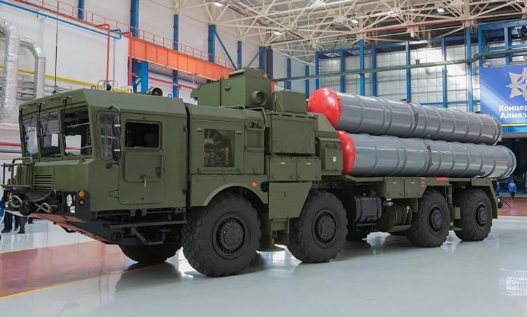 Xe phóng đạn thuộc tổ hợp S-400 tại nhà máy Almaz-Antey của Nga. Ảnh: TASS.