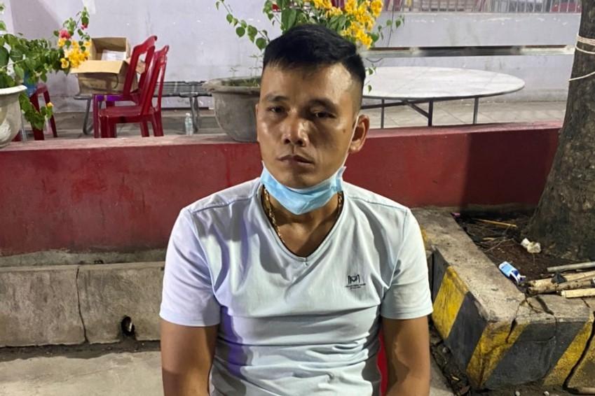 Tài xế Lê Văn Tuấn đang bị Công an Hàm Tân tạm giữ, lấy lời khai. Ảnh: Tư Huynh
