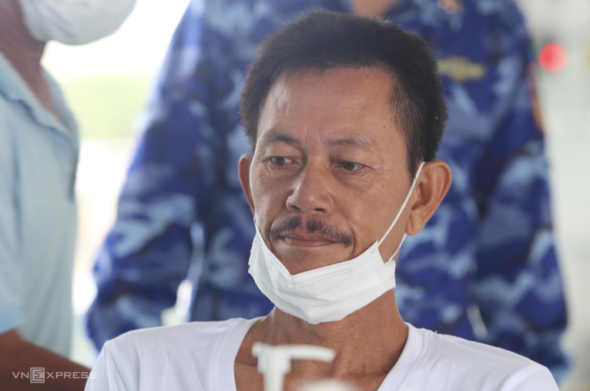 Ngư dân Dương Văn Thạch đang được lấy mẫu xét nghiệm Covid-19. Ảnh: Đắc Thành.