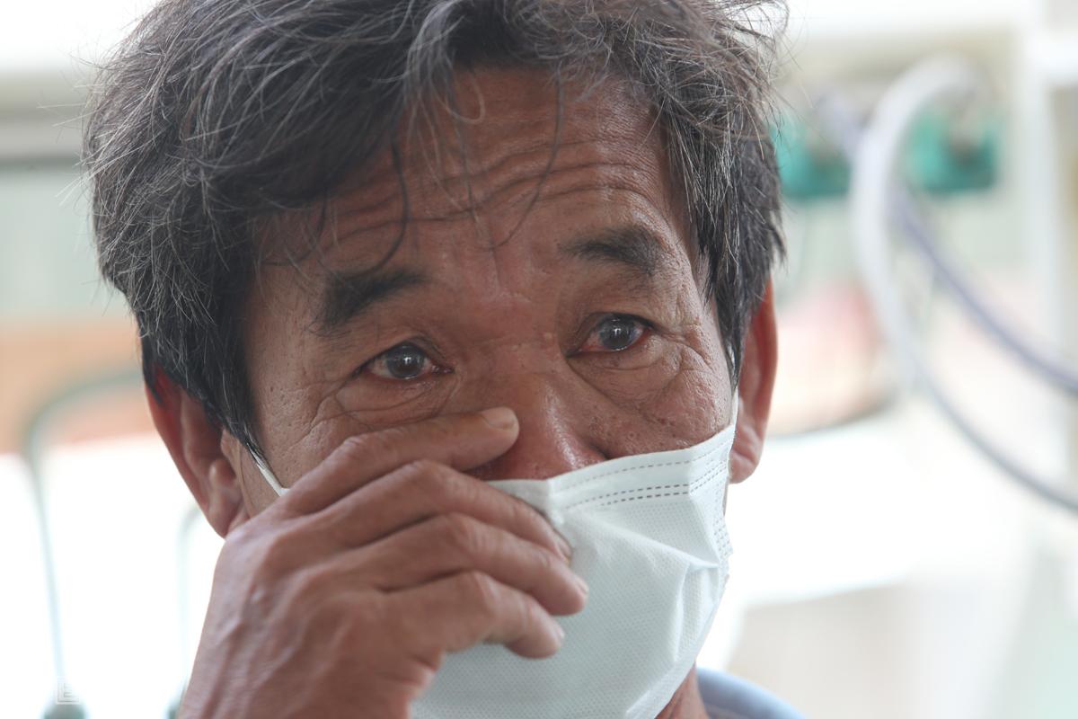 Thuyền trưởng Nguyễn Dũng khóc trong lúc kể lại mình và 12 người được cứu. Ảnh: Đắc Thành.
