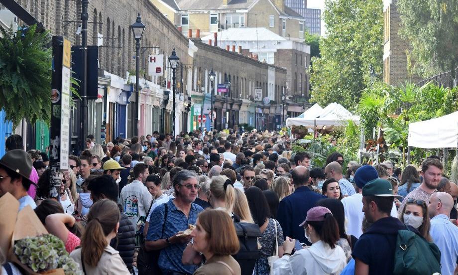 Người dân tại một chợ hoa ở phía đông thủ đô London của Anh hôm 12/9. Ảnh: AFP.
