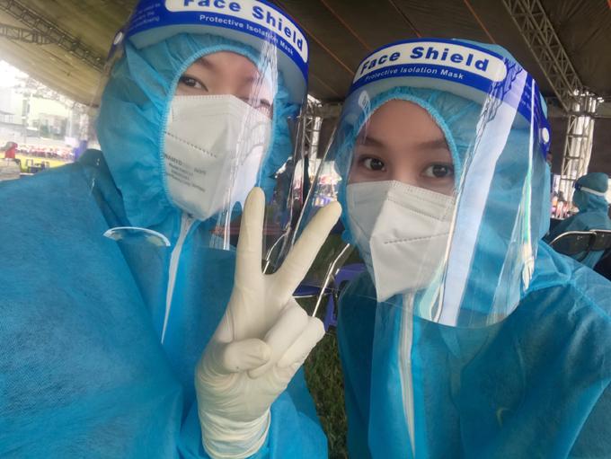 Tuyền và Trang tranh thủ selfie trước khi đón người dân đến tiêm. Ảnh: Nhân vật cung cấp